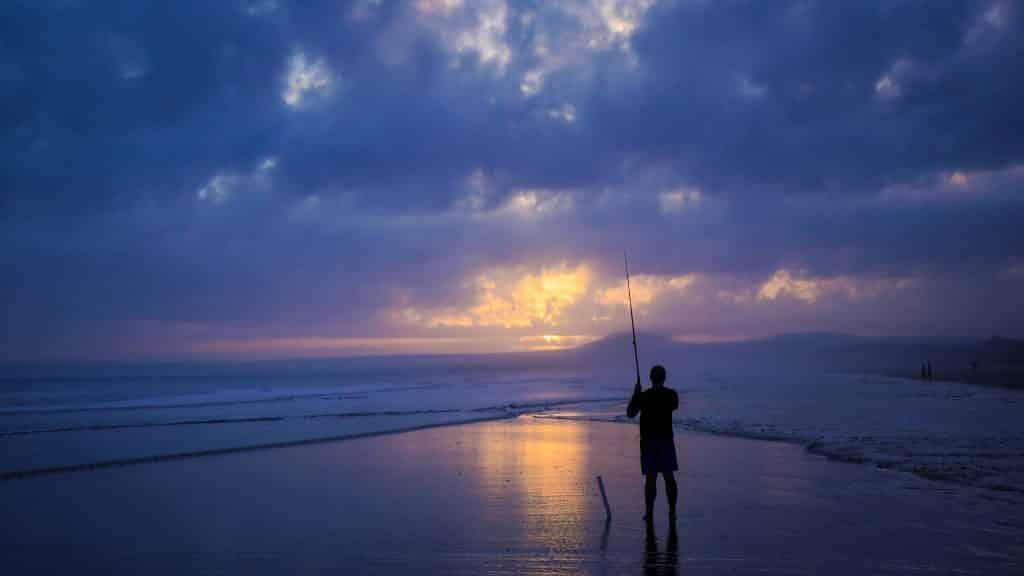 pescador orilla anochecer sufcasting